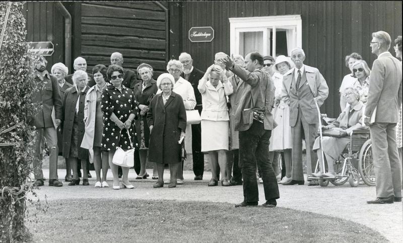 Ove Hidemark visar brunnen 1975