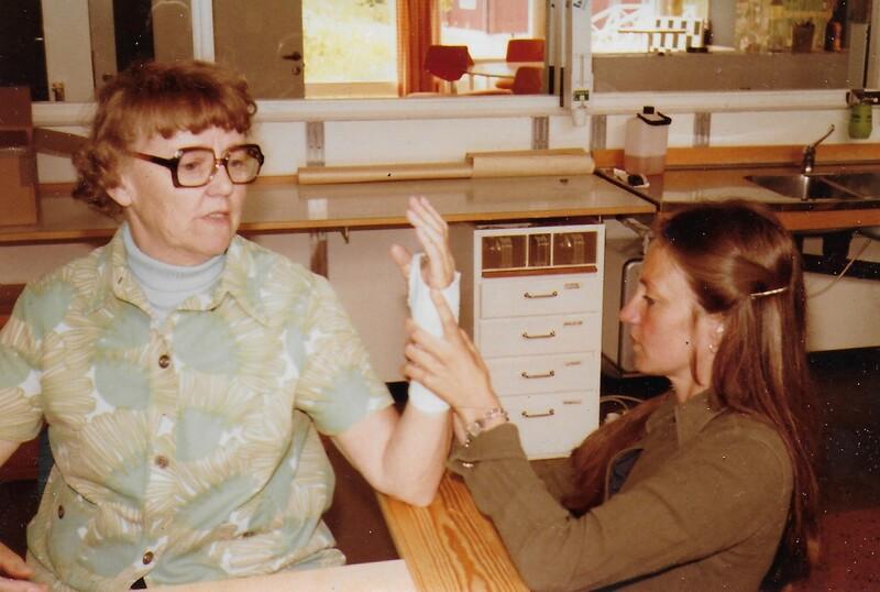 Arbetsterapeut, till höger, tillverkar ortos (handstöd i plast) till reumatikerpatient. Året är 1979.