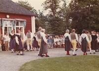Sätra Brunn. Midsommar. Folkdansuppvisning. Tidigt 1960-tal. Foto..jpg