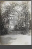 Sätra Brunn. Klockhuset mot Brunnsgården. 1920-talet. Foto..jpg